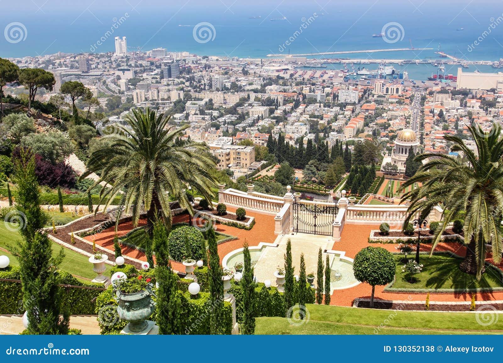 Opinião da cidade da parte superior dos jardins de Bahai em Haifa em Israel