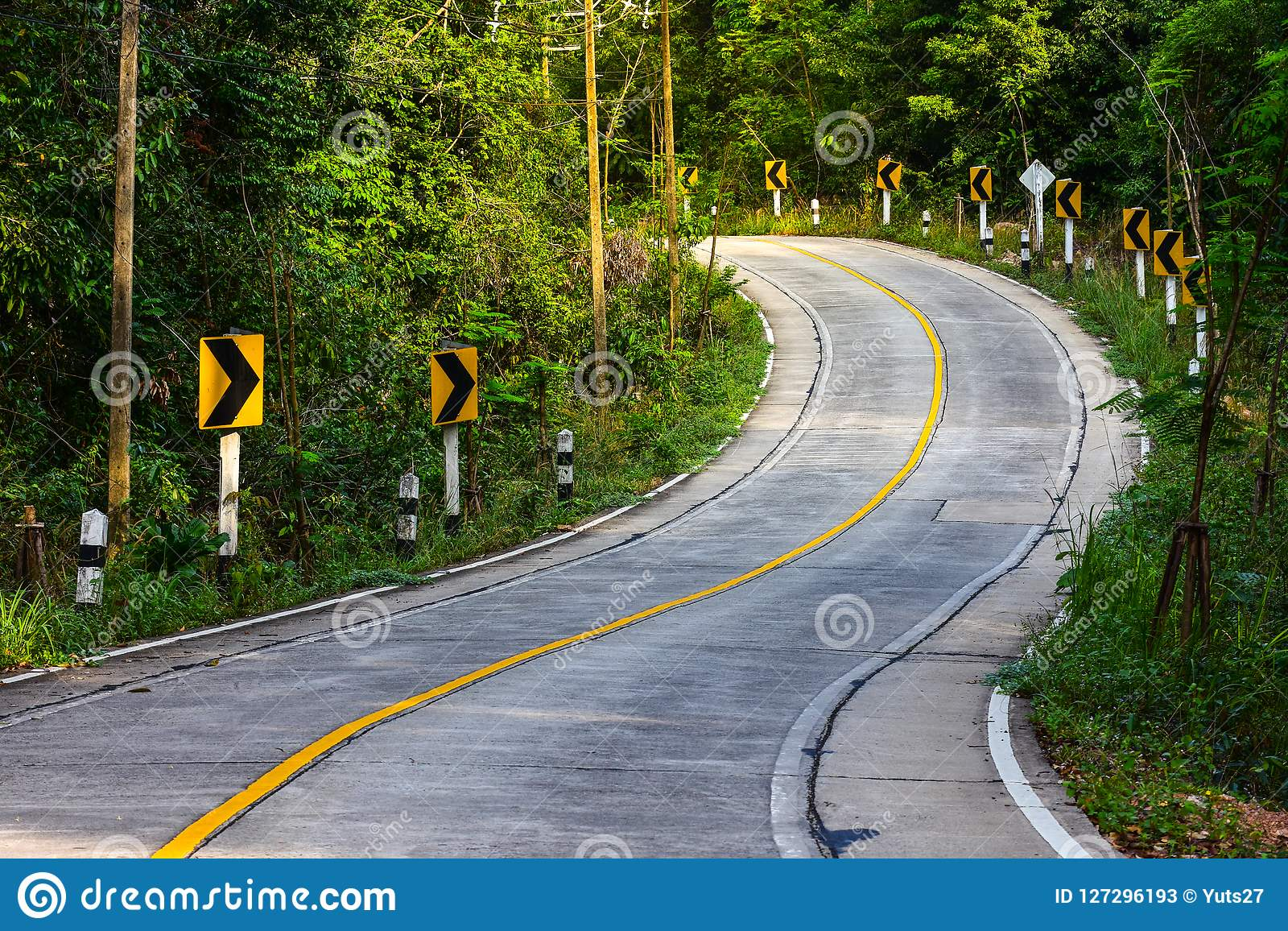 A opinião da estrada da montanha em Tailândia, estrada da curva
