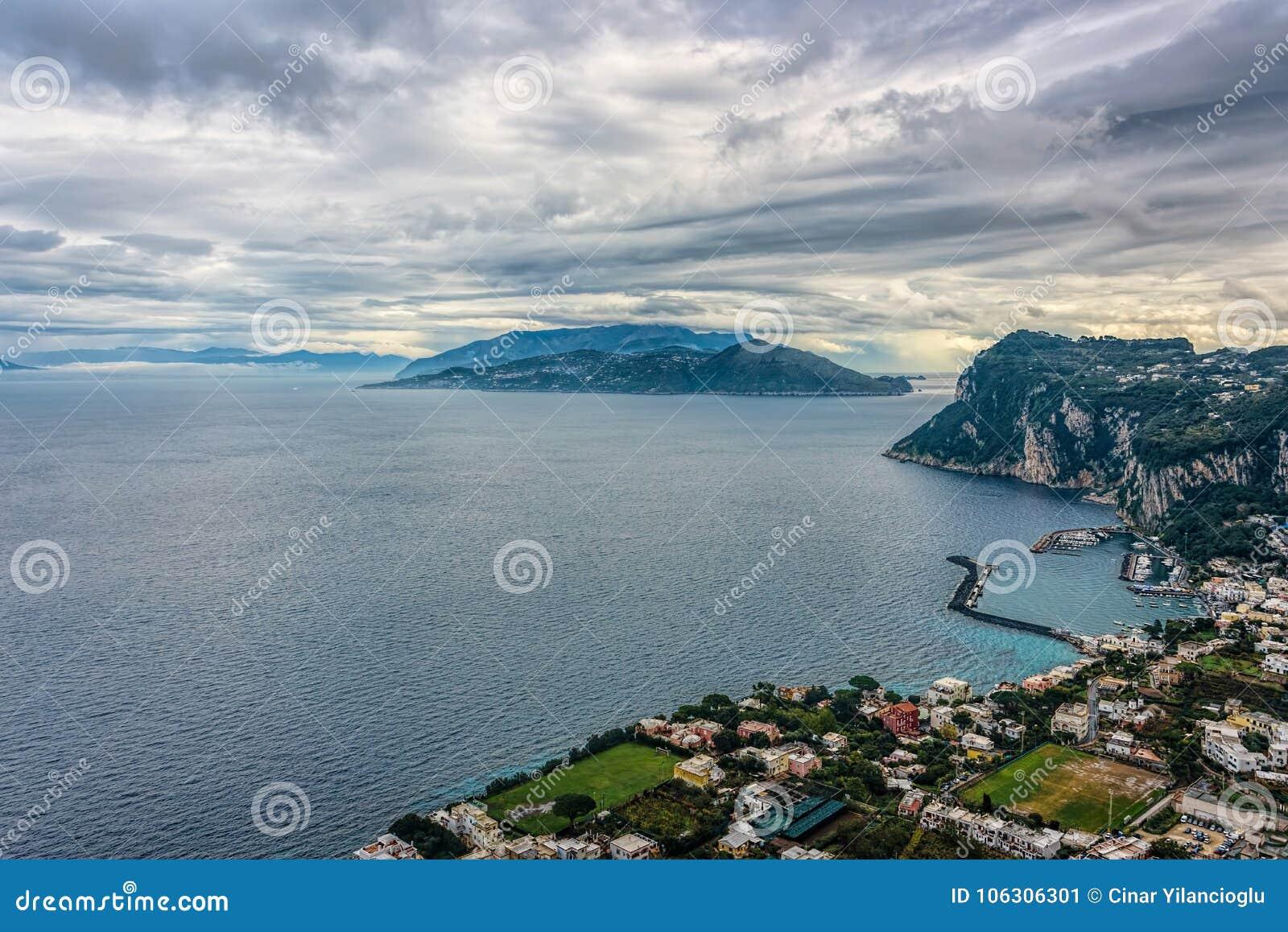 Opinião da ilha de Capri sob o céu nebuloso após a tempestade