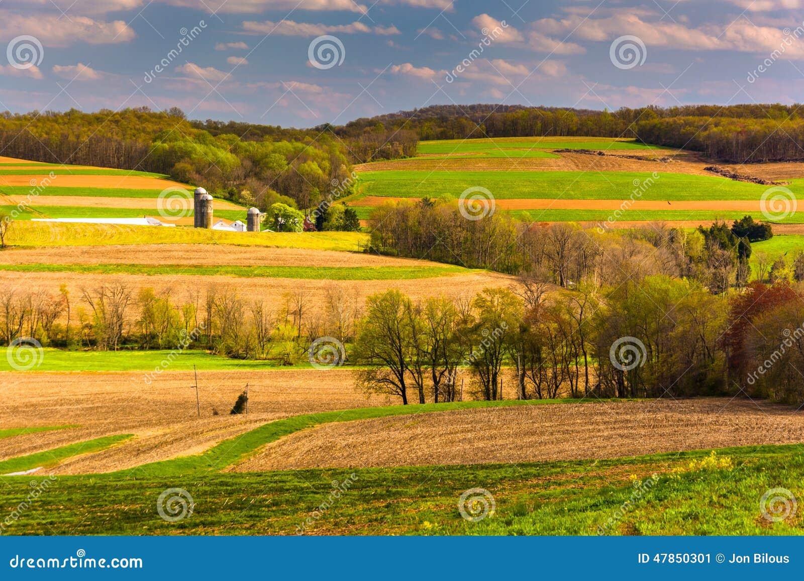 A opinião da mola de Rolling Hills e os campos de exploração agrícola em York rural contam