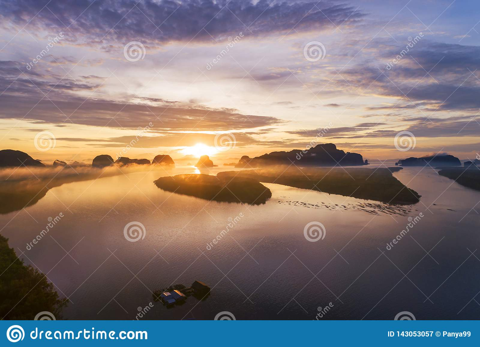 A opinião da natureza da paisagem, nascer do sol claro bonito sobre montanhas no zangão da opinião aérea de Tailândia disparou