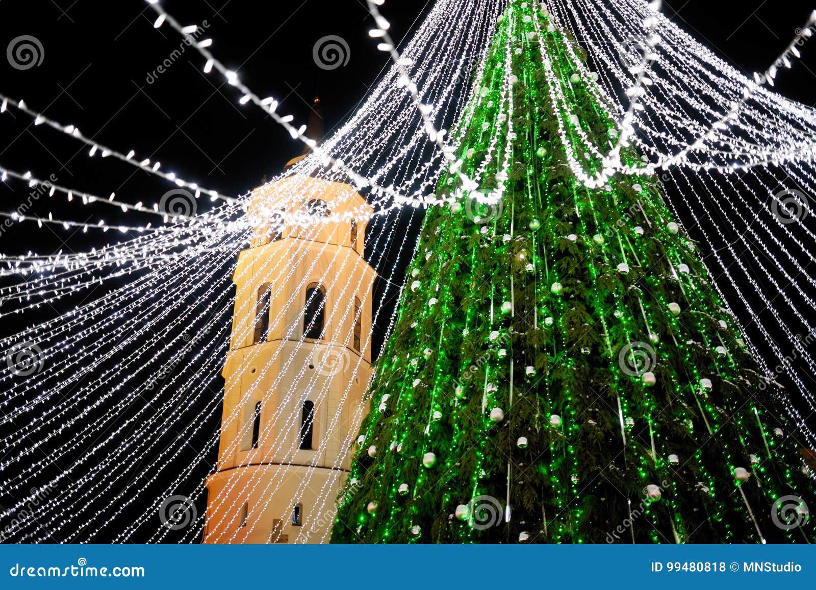 Opinião da noite da árvore de Natal em Vilnius, Lituânia Comemorando feriados do Xmas nos Estados Bálticos