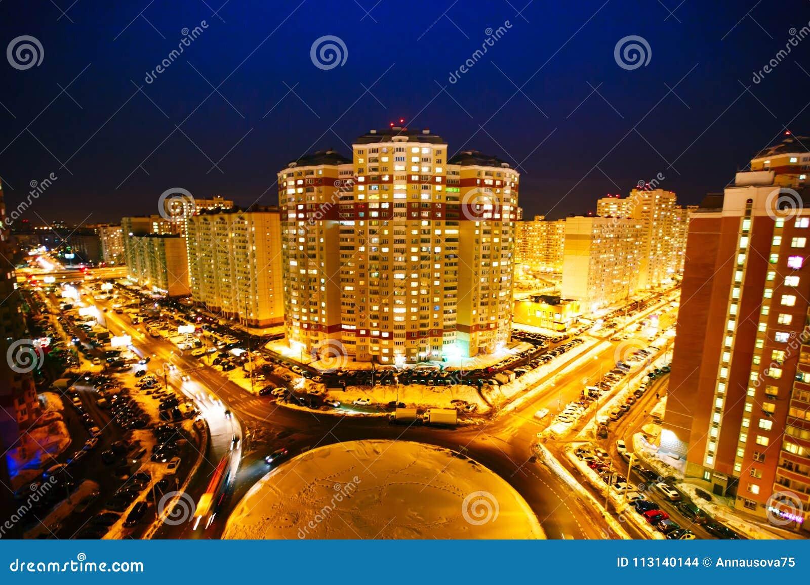Opinião da noite da cidade Área residencial moscow