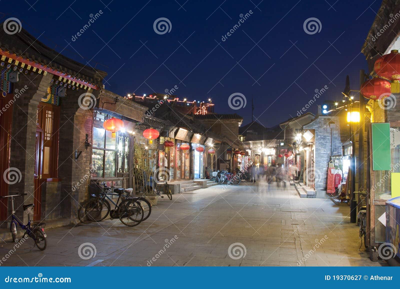 Opinião da noite da aléia em ambos os lados das lojas