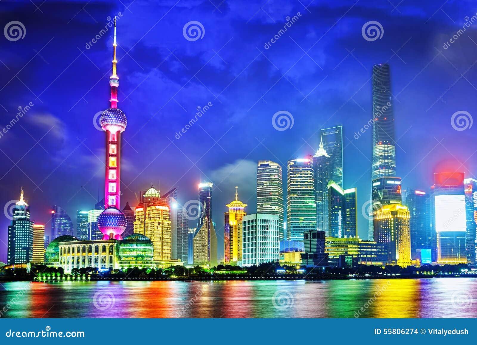 Opinião da noite da skyline na área nova de Pudong, Shanghai