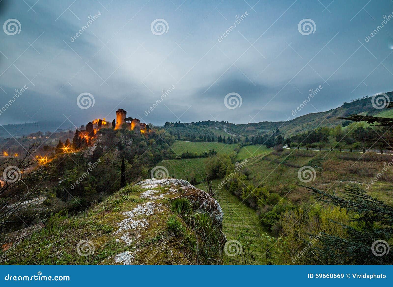 Opinião da noite do castelo no campo montanhoso