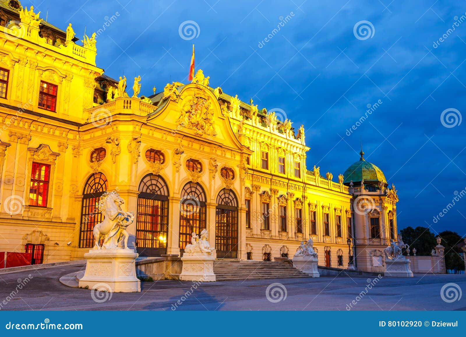 Opinião da noite do palácio do Belvedere em Viena
