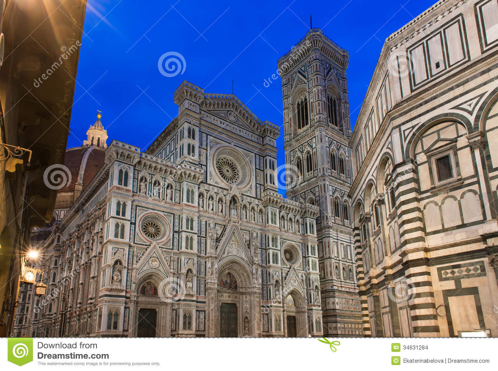 Opinião da noite Florence Cathedral (domo - di Santa Maria del Fiore da basílica), Campanile de Giotto