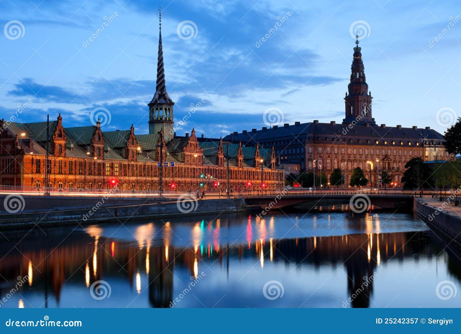 Opinião da noite no palácio de Christiansborg em Copenhaga