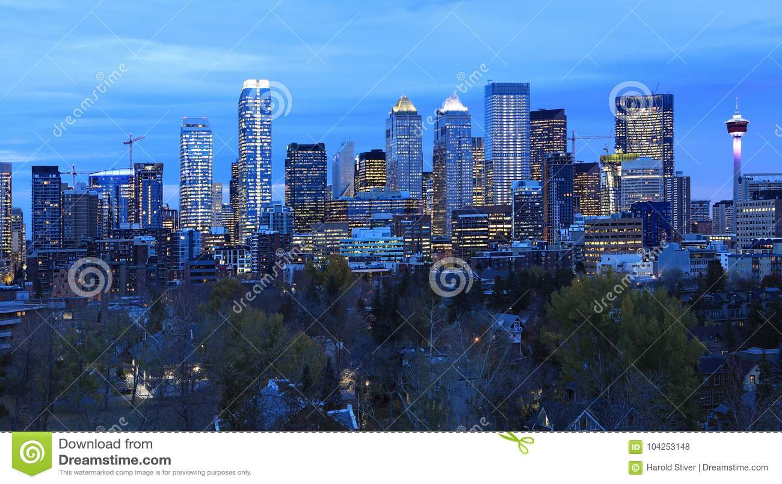 Opinião da noite skyline de Calgary, Canadá