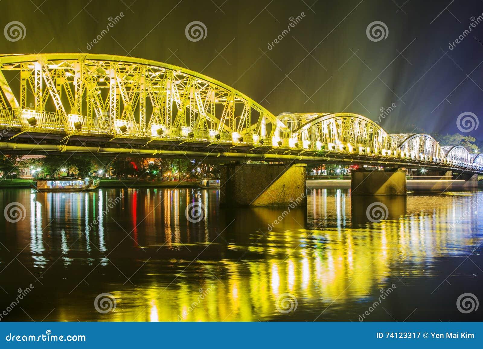 Opinião da noite Truong Tien Bridge na matiz