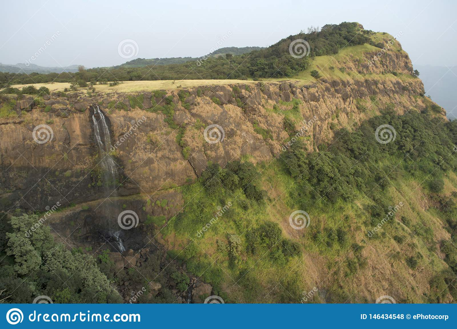 Opinião da paisagem de uma cachoeira e de uma montanha perto de Ghats feito, Maharashtra de Pune