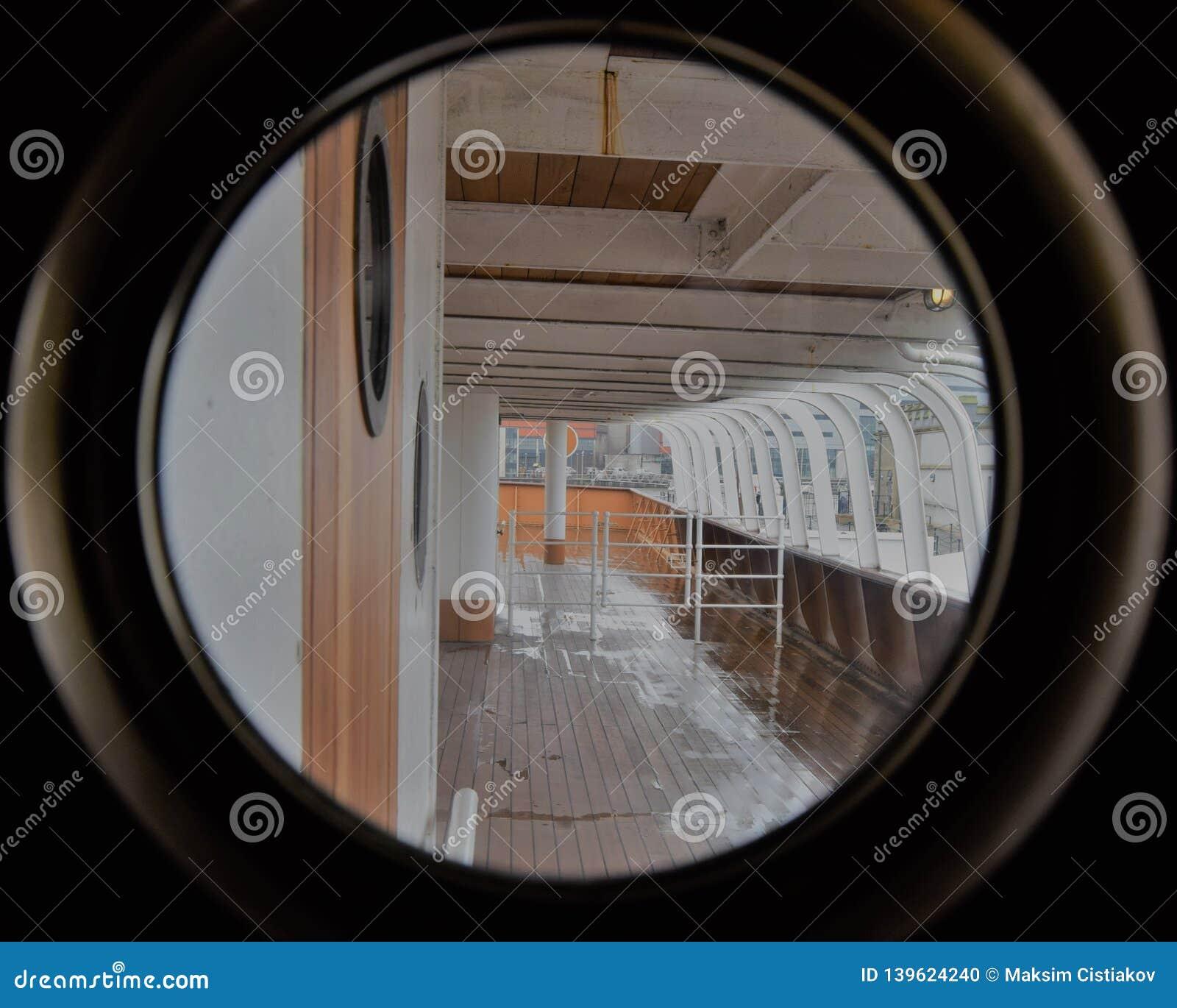 Opinião da plataforma do navio através da janela redonda