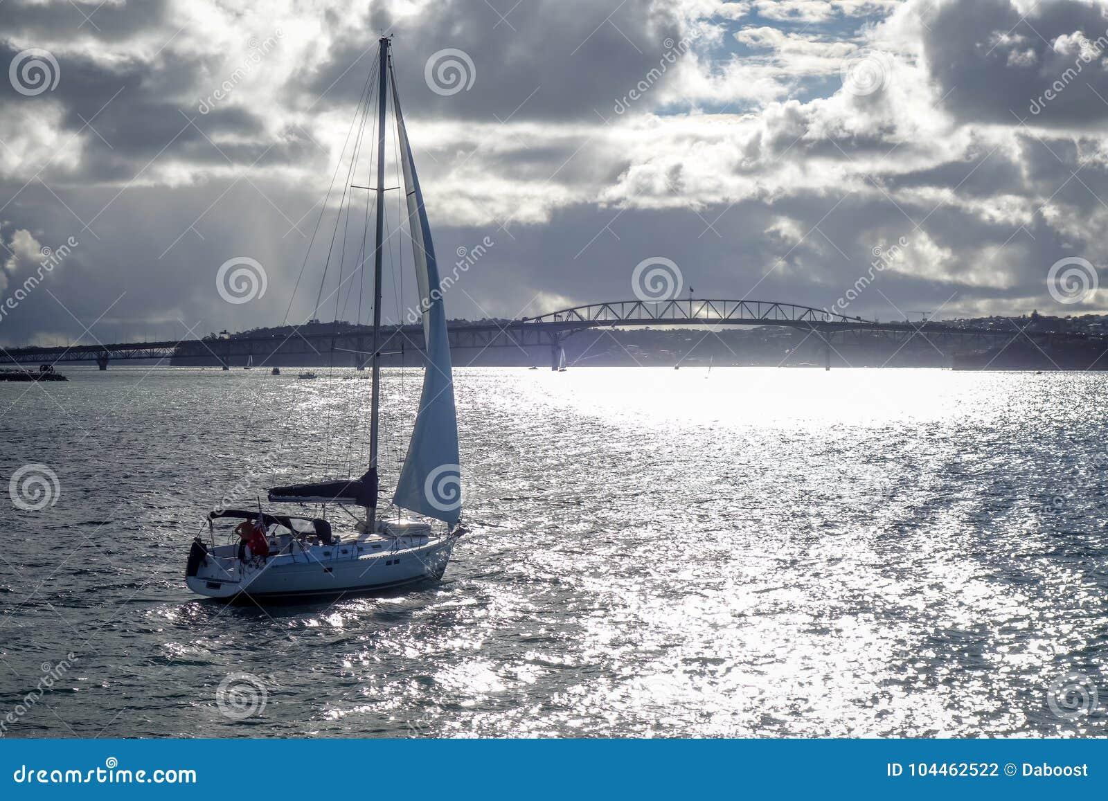 Opinião da ponte de Auckland do mar e do navio de navigação, Nova Zelândia