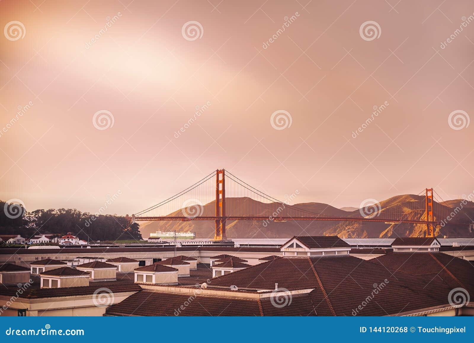 Opinião da ponte do Golden State de longe