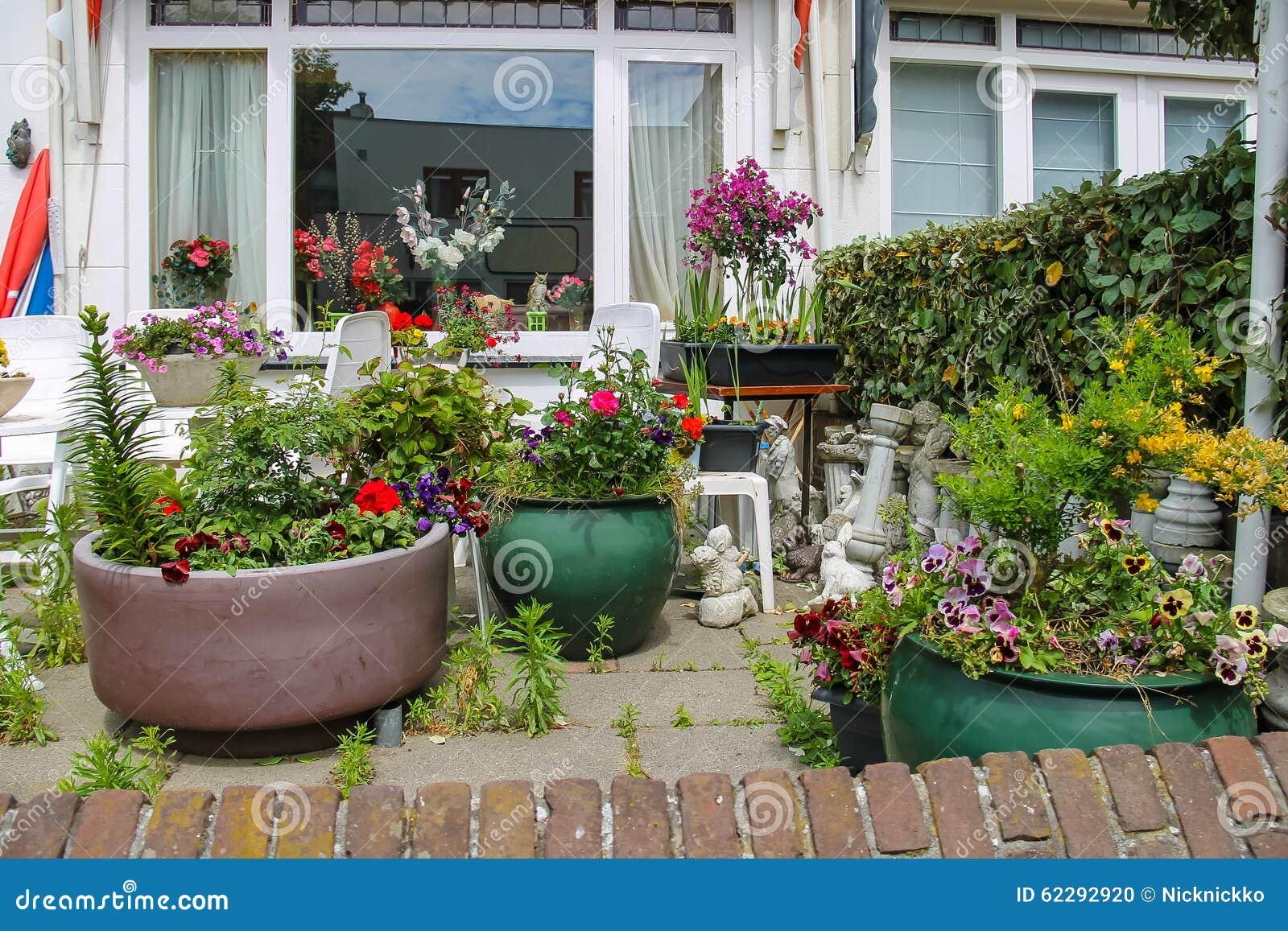 Opinião da rua da casa tradicional decorada com plantas Foto de Stock