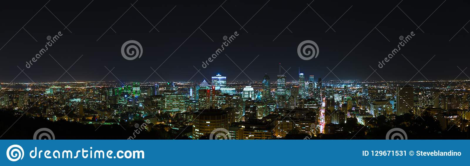 Opinião da skyline da noite de Montreal da montagem real