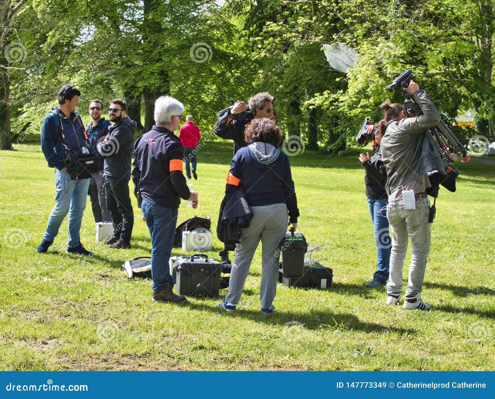 Opinião de ângulo traseira da câmara de vídeo digital da definição alta produção de gravação ou de tiro que de anúncio de televis