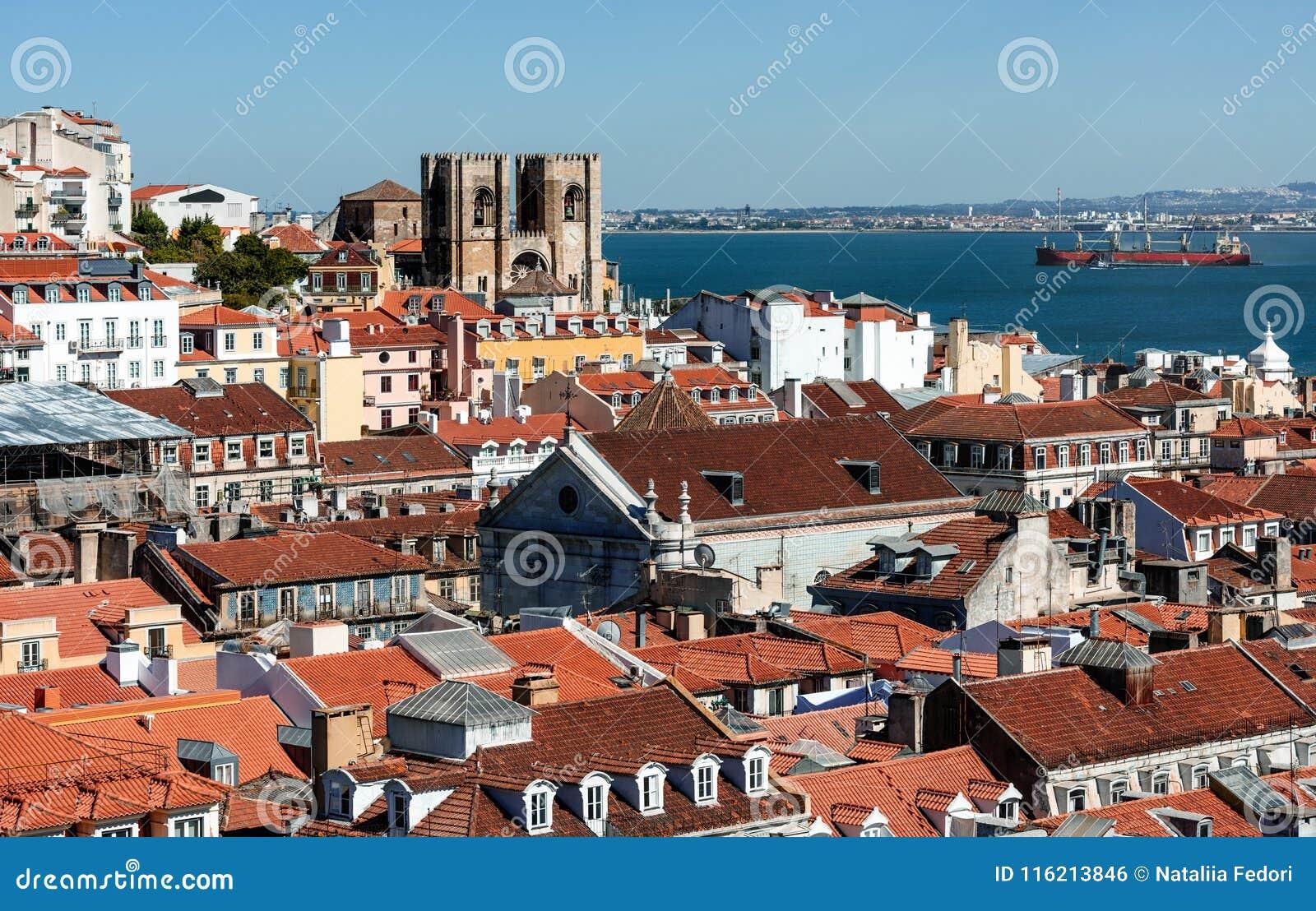 Opinião de Arial em telhados vermelhos em Lisabon