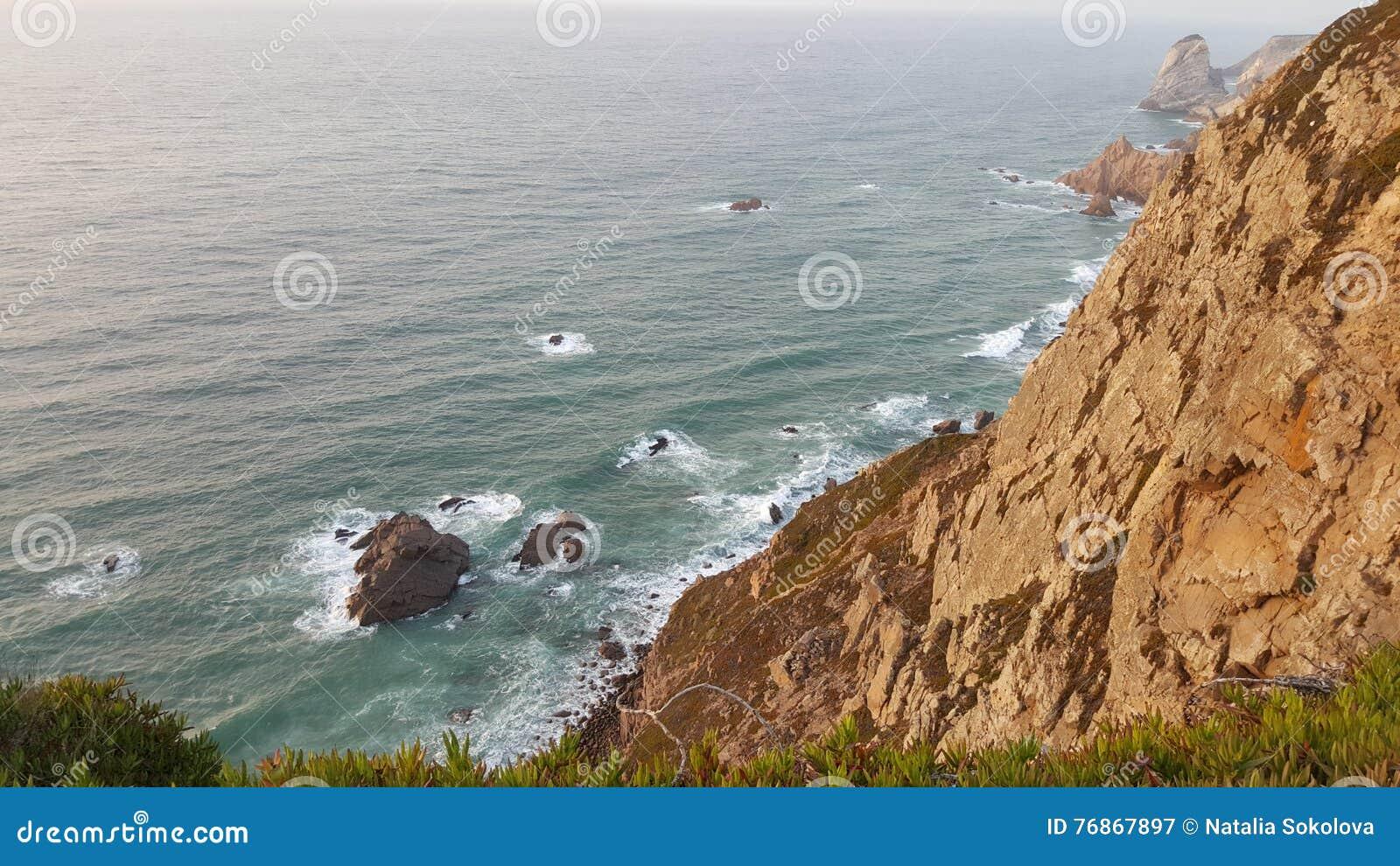 Opinião de Atlântico do oceano de Capa de rocha