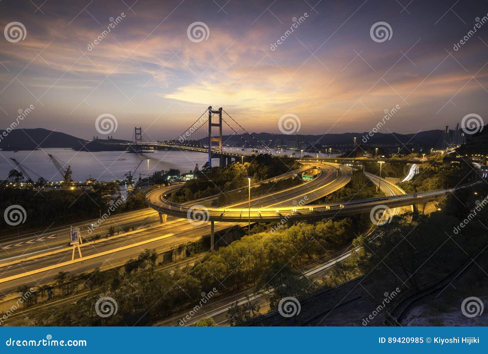 Opinião de Beauitful Tsing Ma Bridge no por do sol