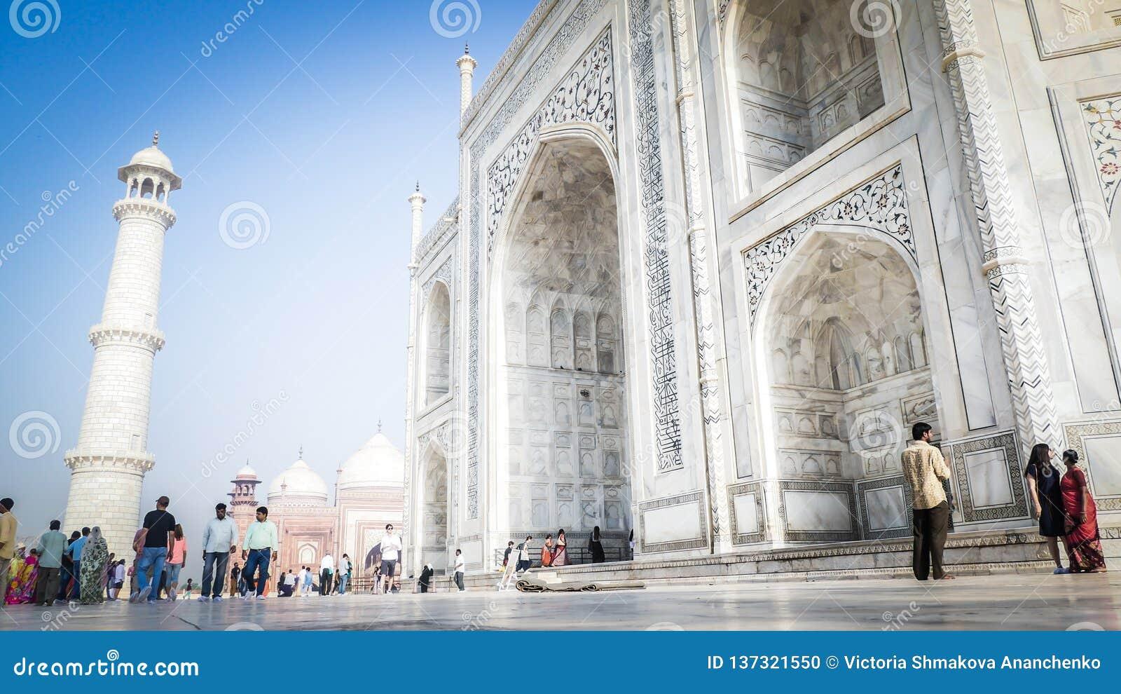 Opinião de entrada dianteira de Taj Mahal em Agra, Índia com os turistas na parte dianteira
