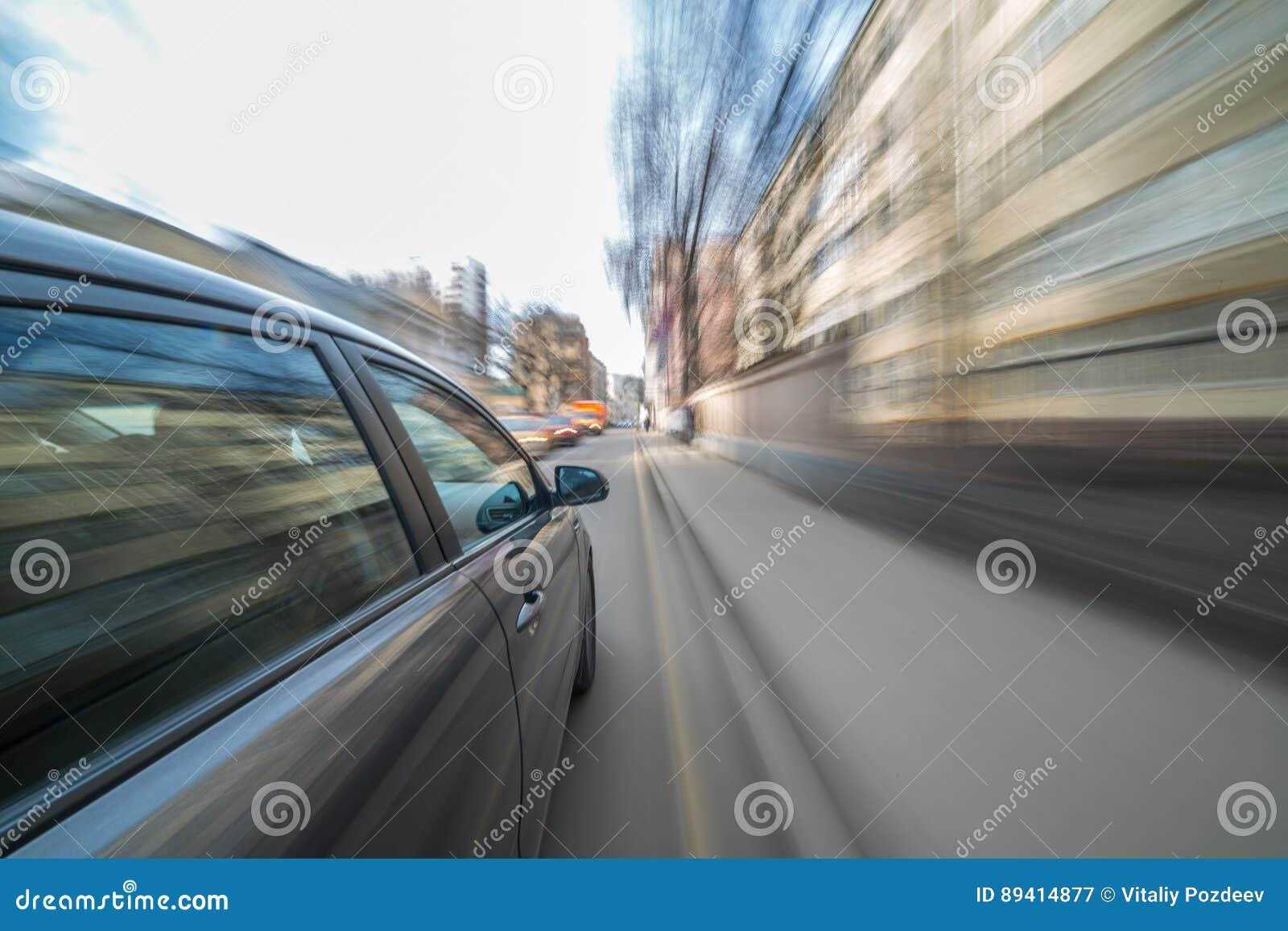 Opinião de estrada de cidade do dia do interior do carro
