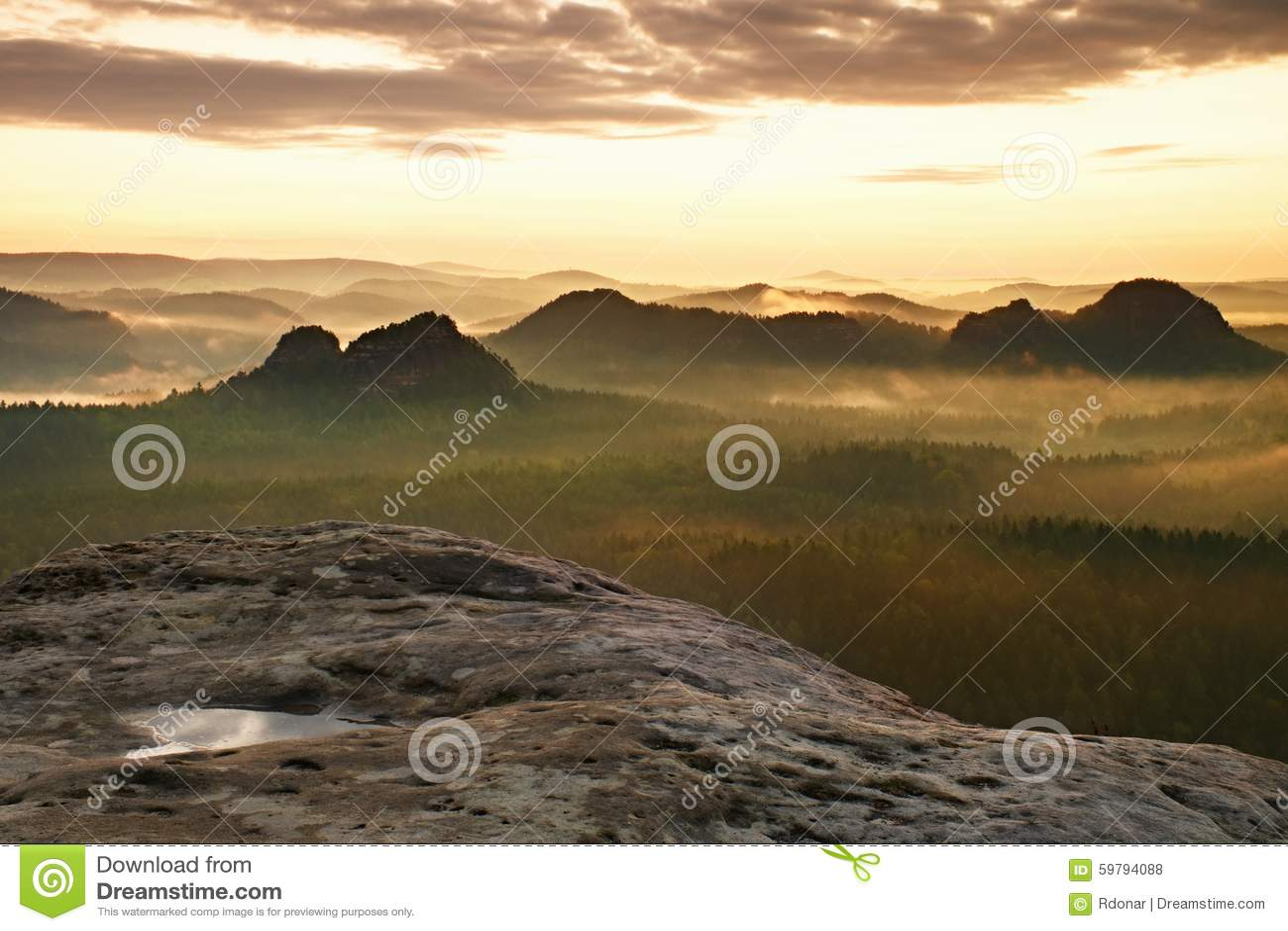 Opinião de Kleiner Winterberg Nascer do sol sonhador fantástico na parte superior da montanha rochosa com a vista no vale enevoad