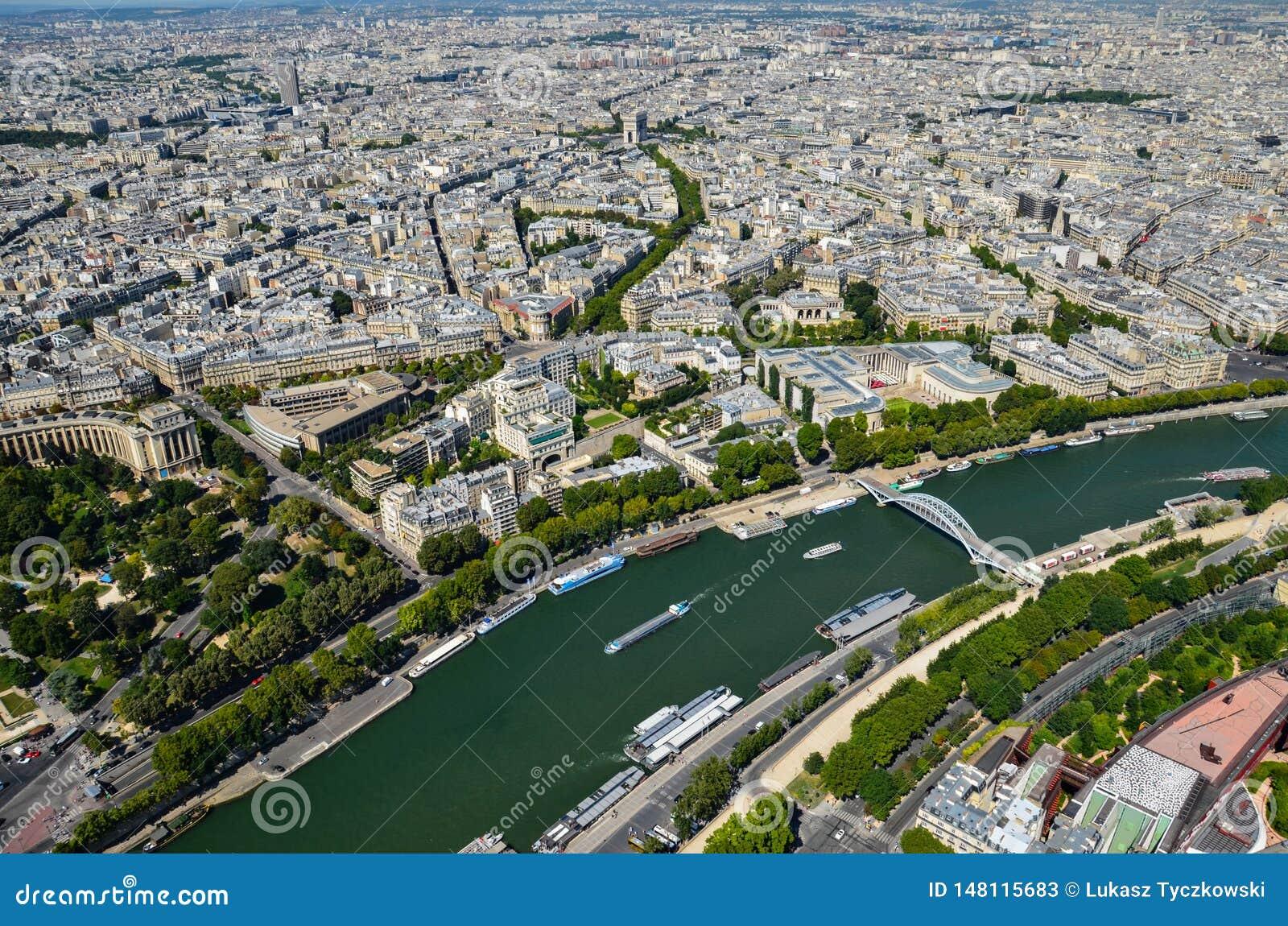 Opinião de Paris, França no Seine River em Paris da torre Eiffel no dia ensolarado