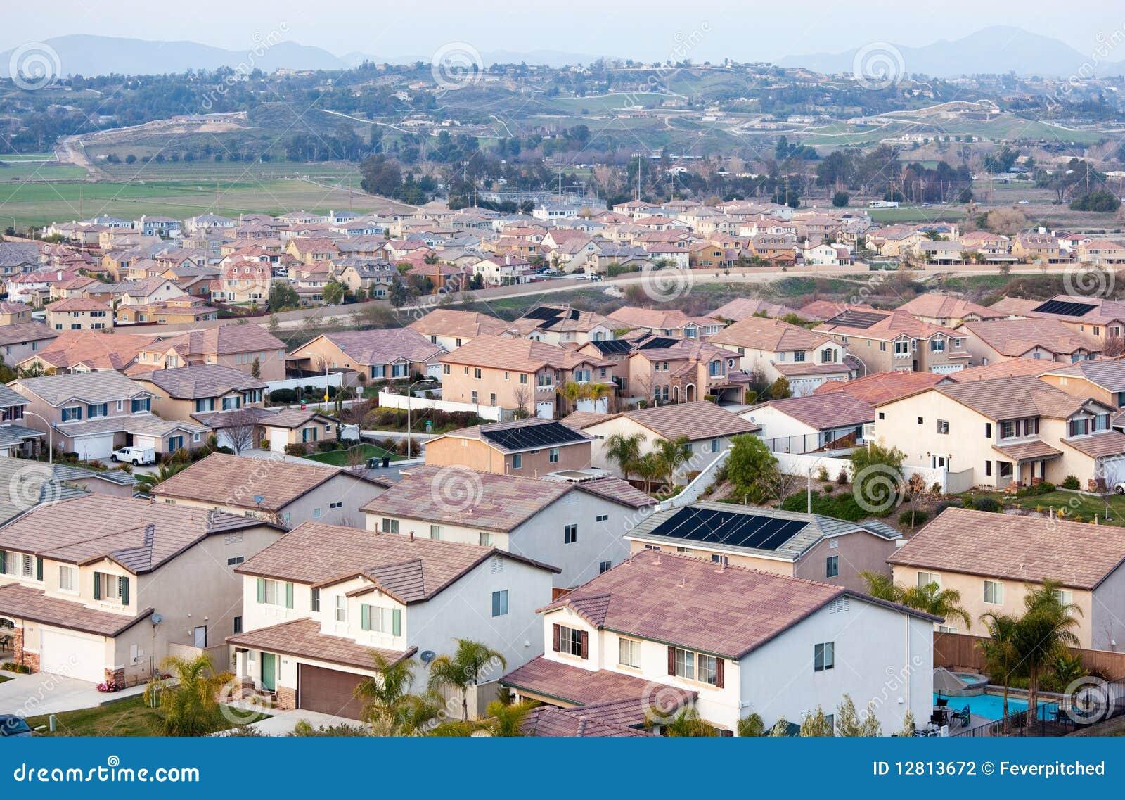 Opinião de partes superiores do telhado da vizinhança