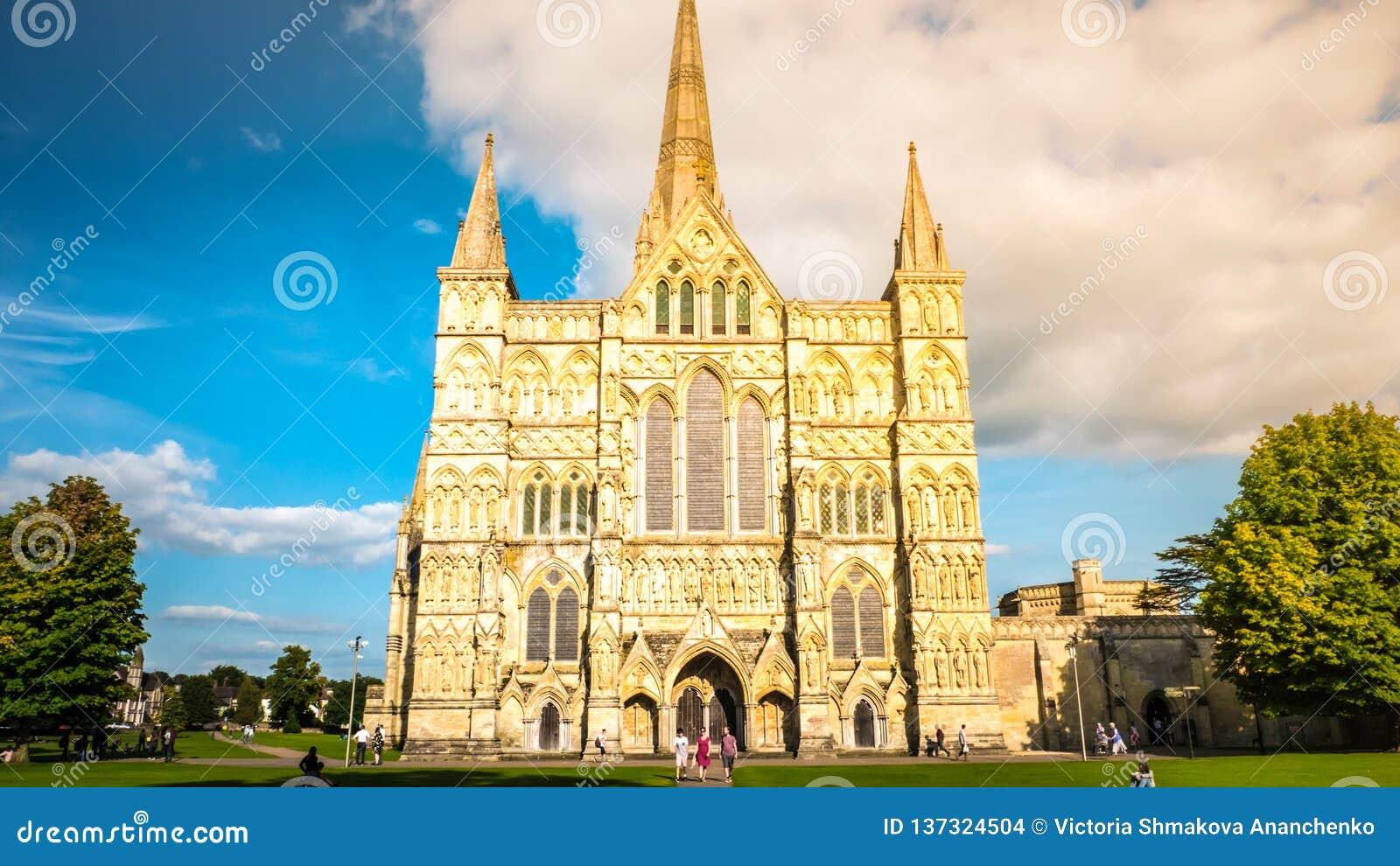 Opinião dianteira da fachada da catedral de Salisbúria em Salisbúria Reino Unido