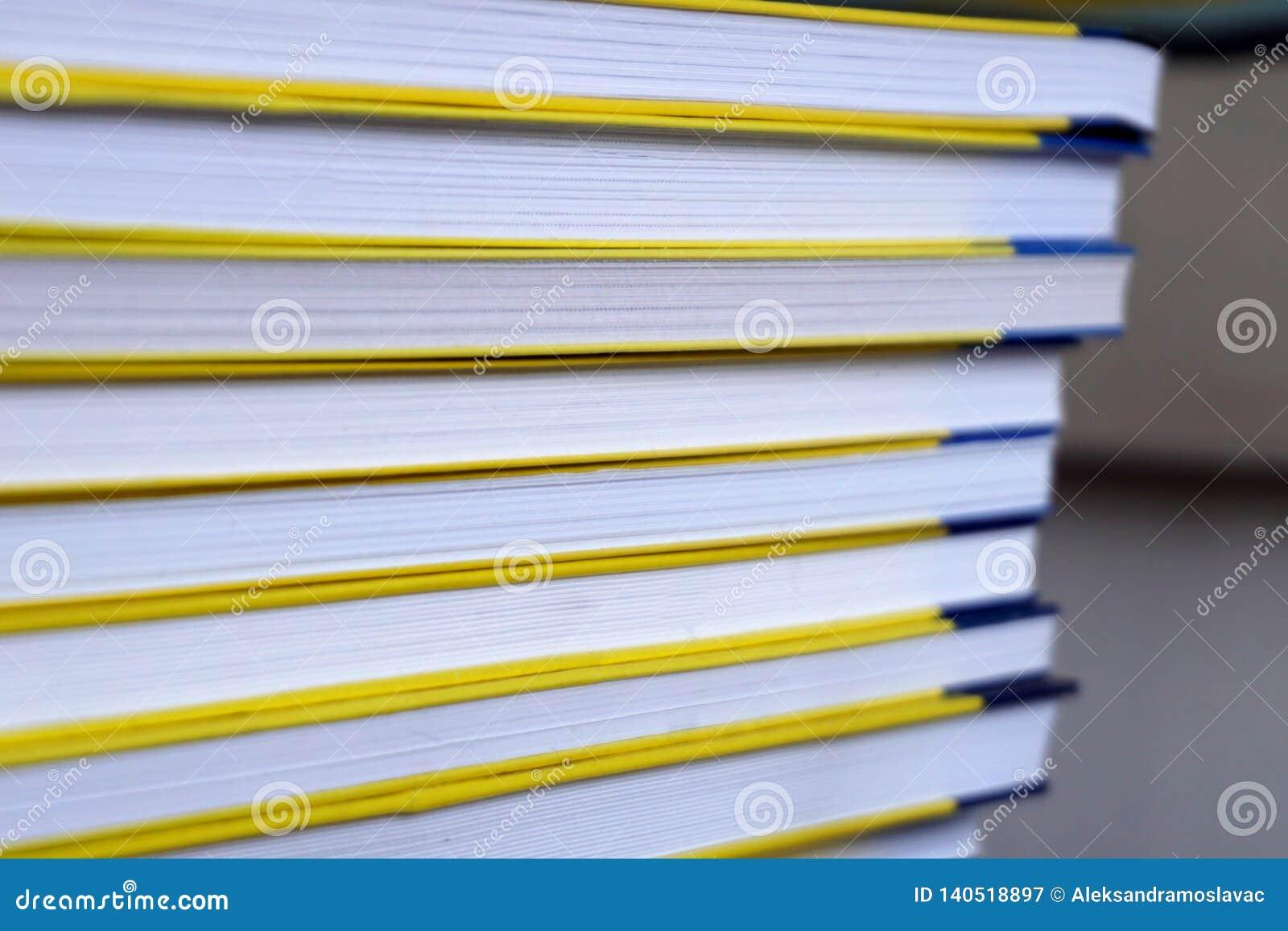 Opinião dianteira das páginas dos livros, empilhada acima, fim acima