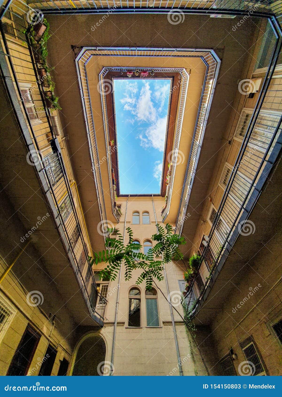 Opinião do céu do pátio interno em Budapest