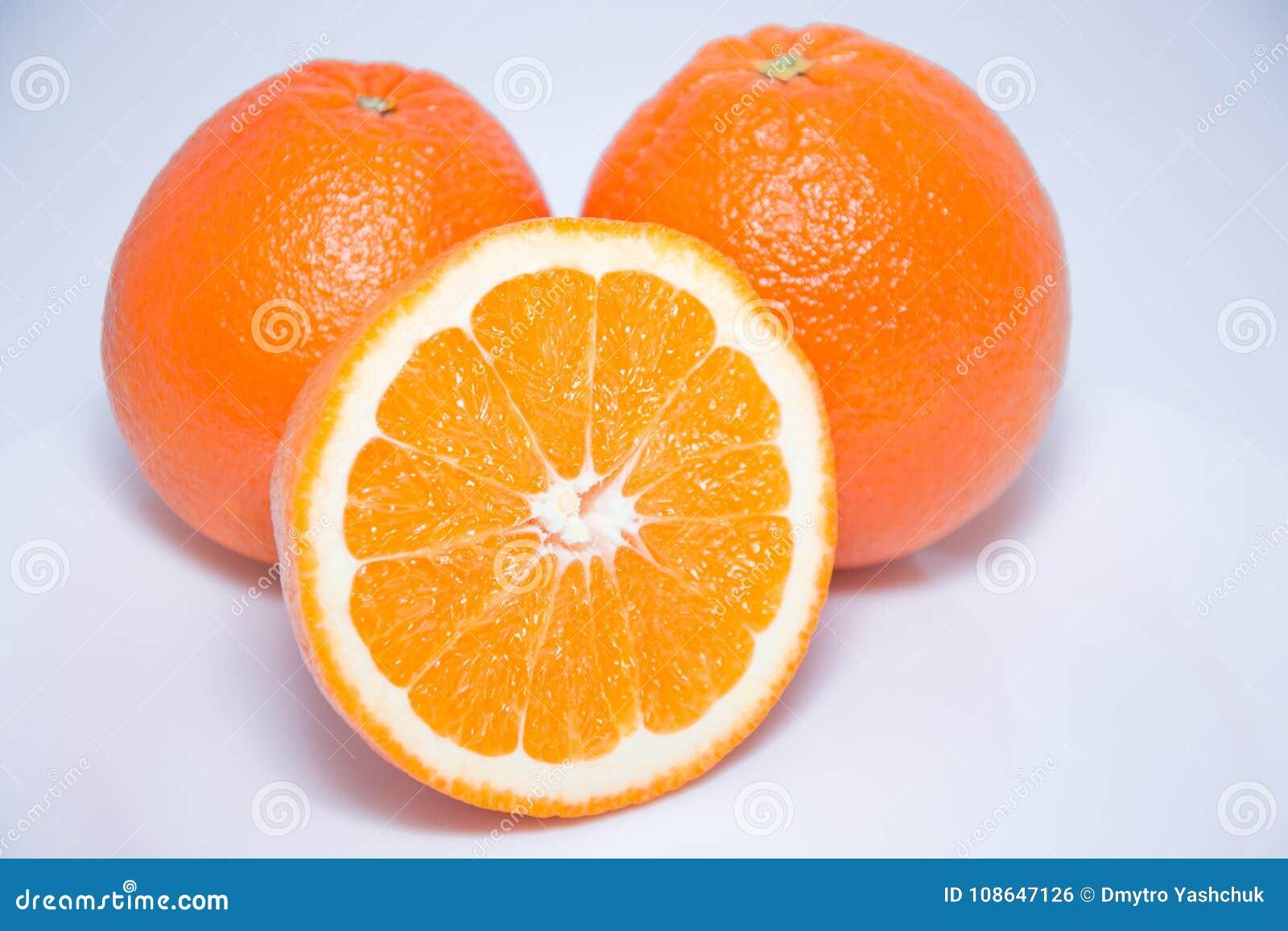 Opinião do close-up laranjas frescas no fundo branco