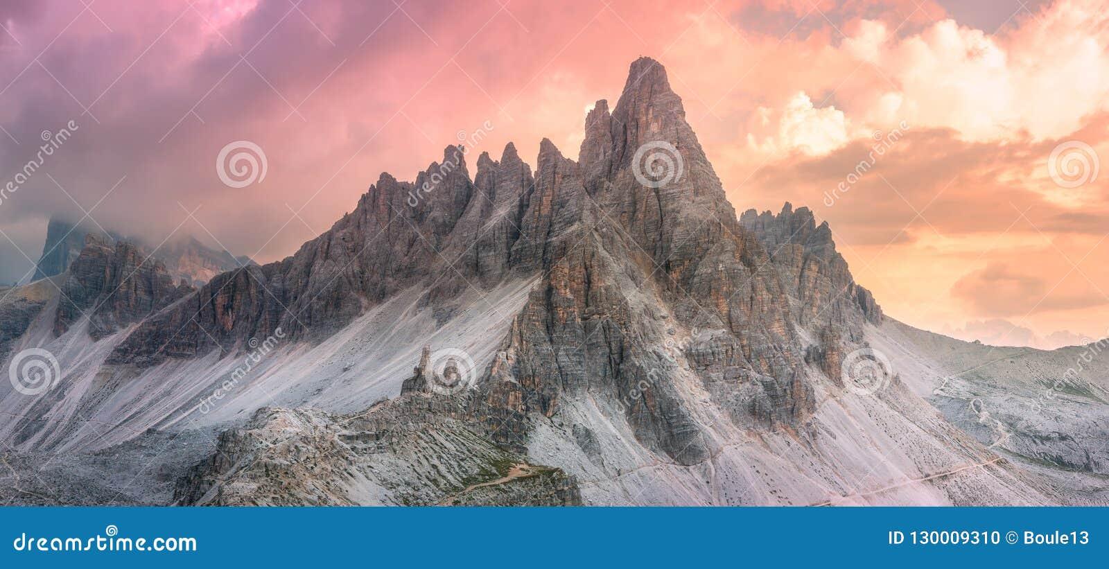 Opinião do cume da montanha Tre Cime di Lavaredo, Tirol sul, cumes de Italien das dolomites