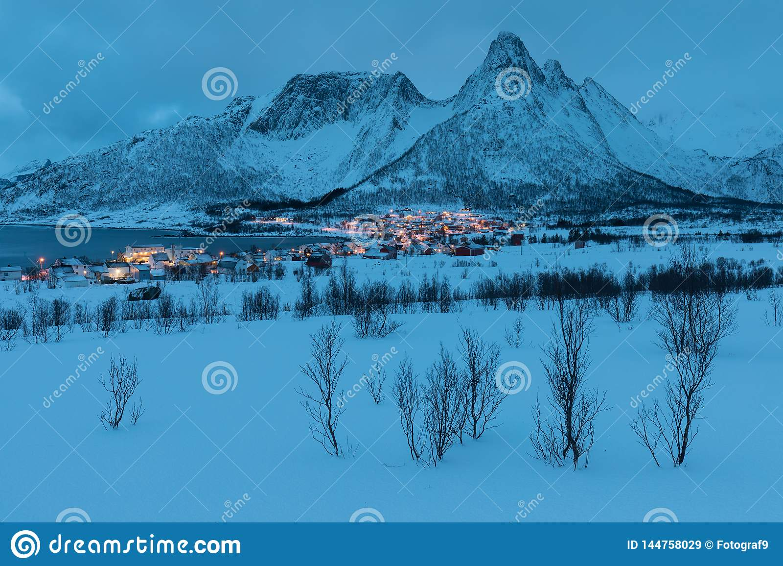 Opinião do inverno a Mefjord na ilha de Senja Crepúsculo ou noite nebulosa nas montanhas e nos fiordes, paisagem do inverno, al