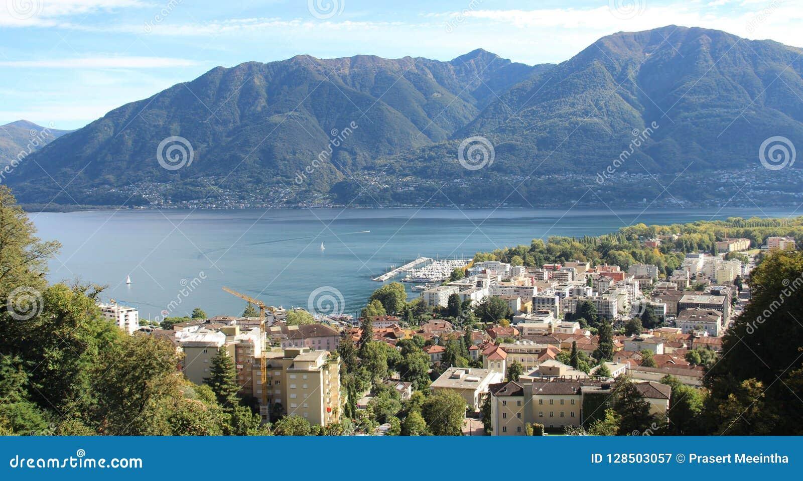 Opinião do lago e da cidade Locarno de cima de