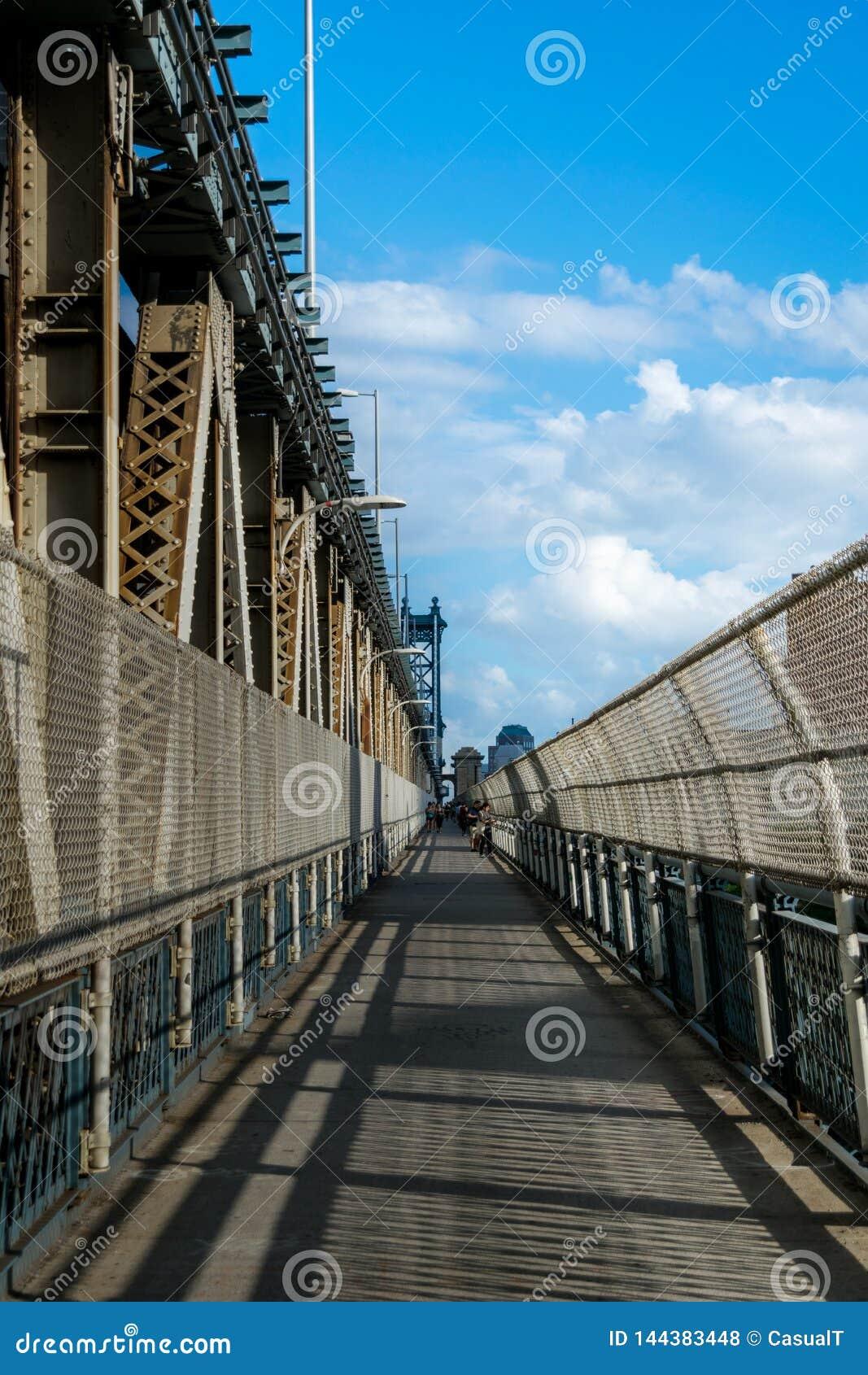 Opinião do Leste-limite ao longo da passagem pedestre da ponte de Manhattan, conduzindo de Manhattan para Brooklyn, New York City