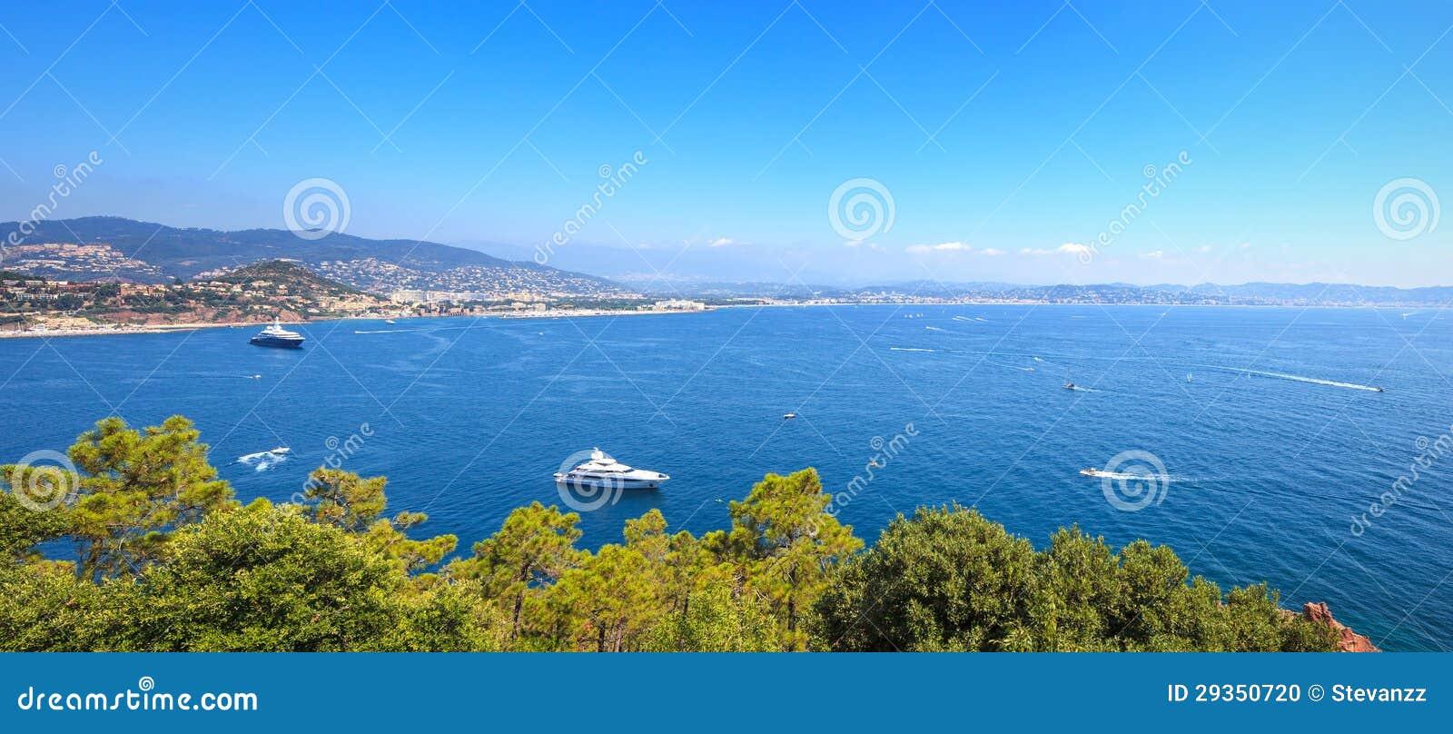 Opinião do louro de Napoule do La de Cannes. Riviera francês, costa Azure, Provence
