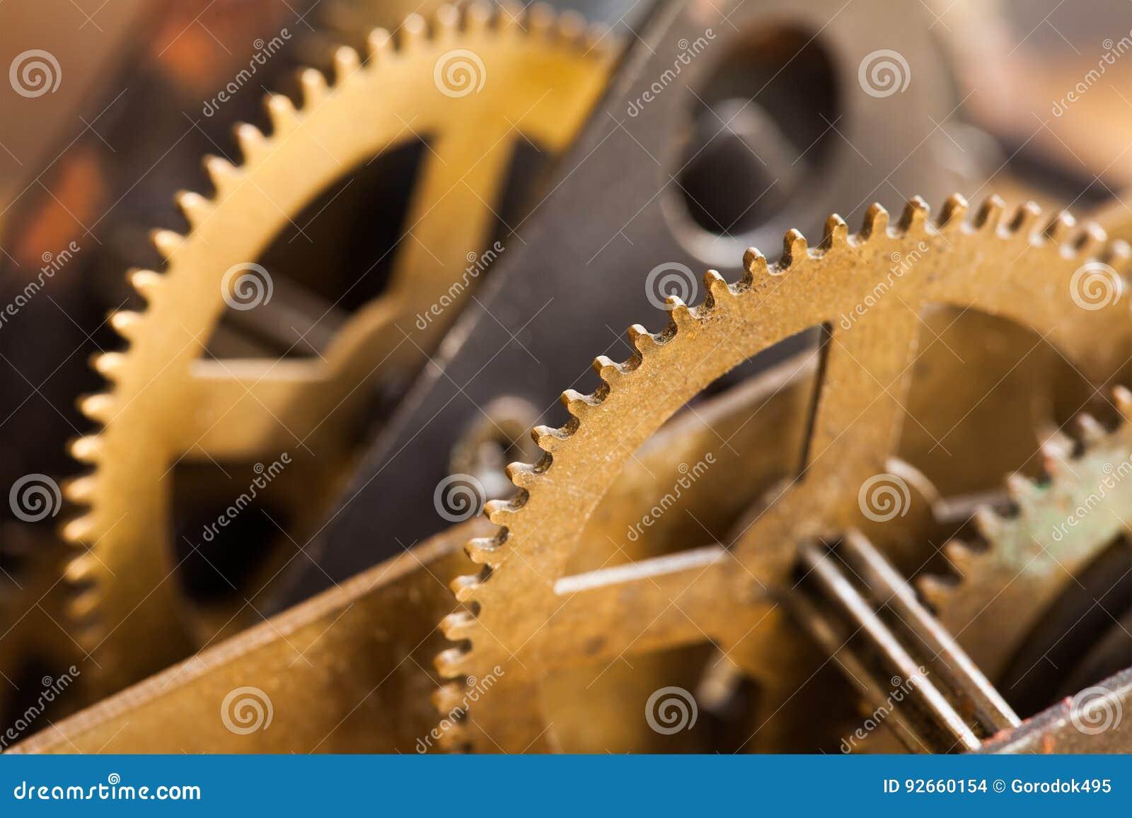 Opinião do macro da transmissão da roda denteada do bronze da maquinaria industrial Mecanismo envelhecido dos dentes da roda de e