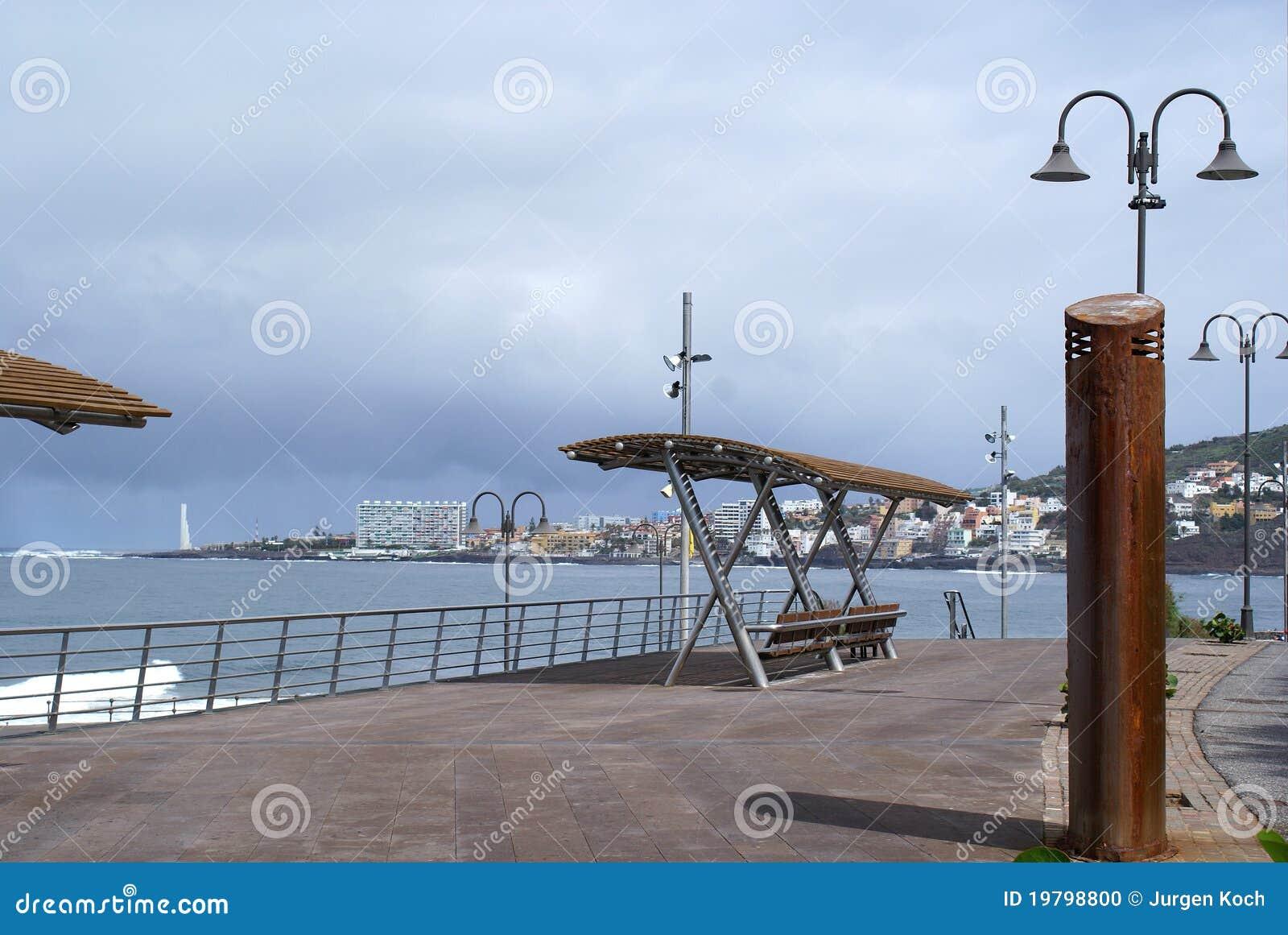 Opinião do mar com bancos 2