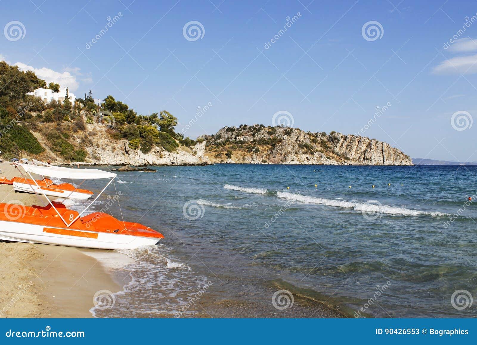 A opinião do mar da costa com água bikes