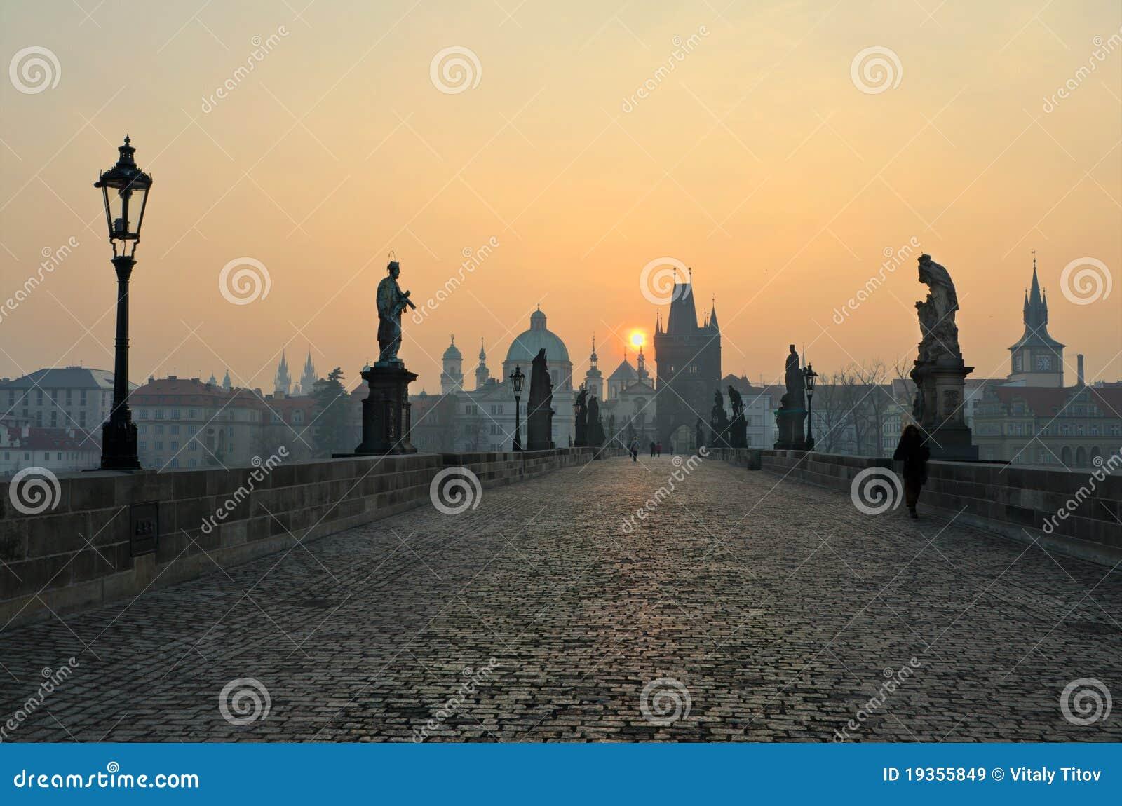 Opinião do nascer do sol da ponte de Charles, Praga