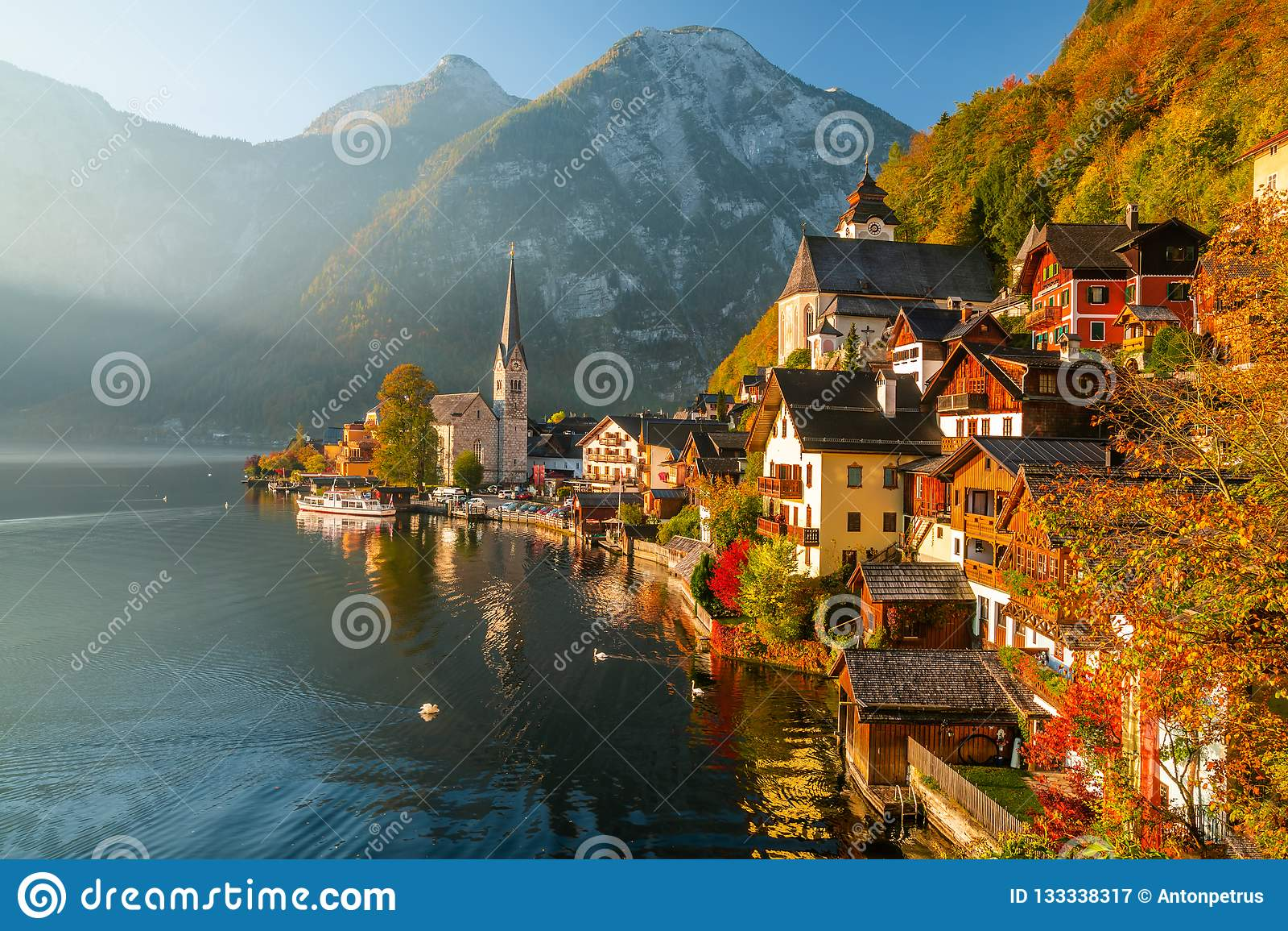 Opinião do nascer do sol da aldeia da montanha famosa de Hallstatt com lago Hallstatter, Áustria