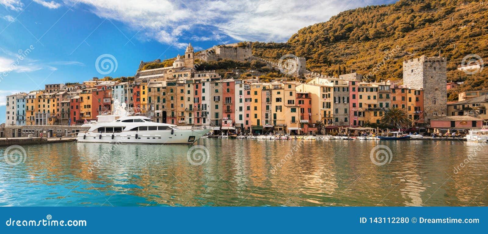 Opinião do outono de Porto Venere e mar Ligurian no tempo do meio-dia