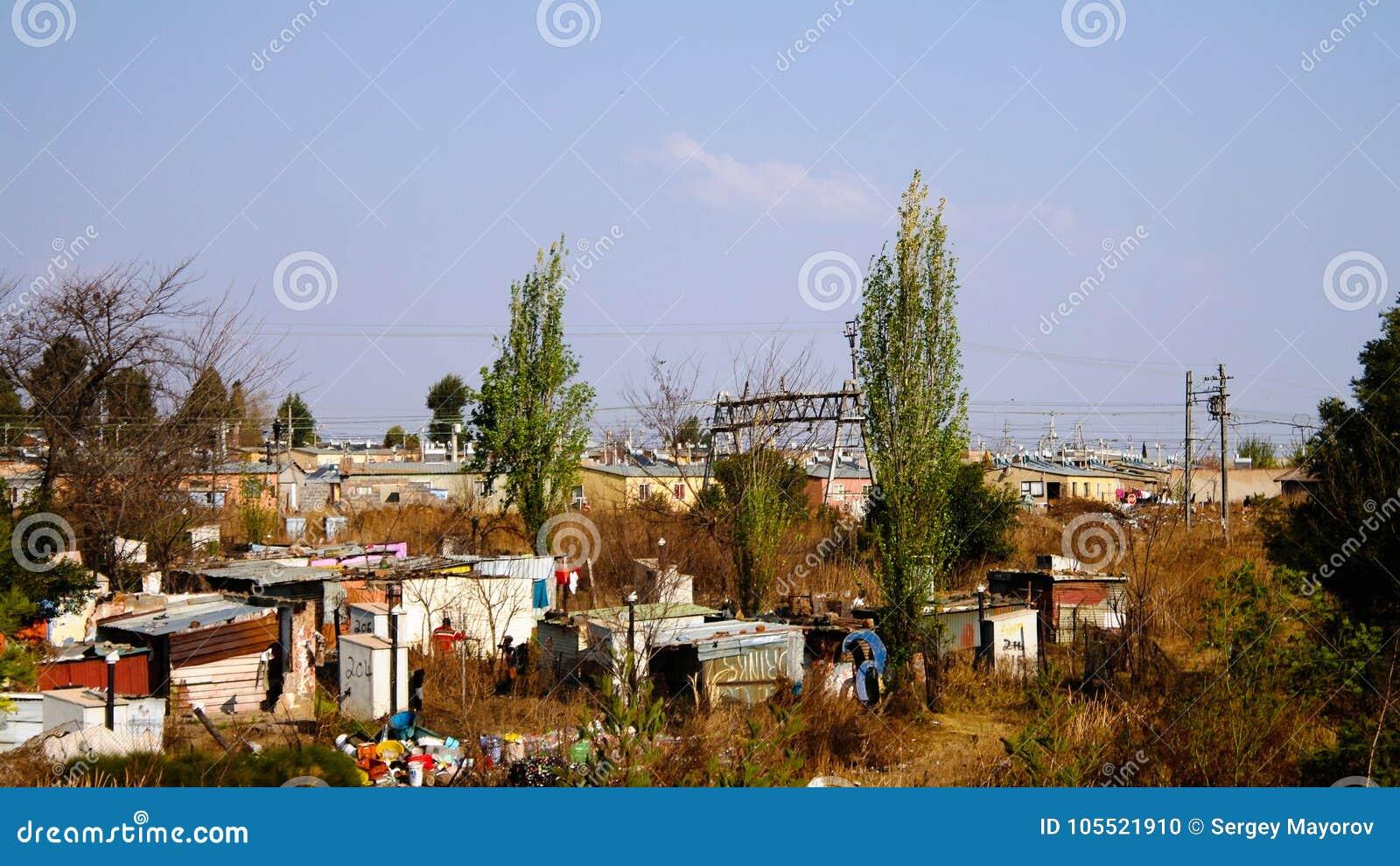 Opinião do panorama ao subúrbio do favela de soweto de Joanesburgo, África do Sul