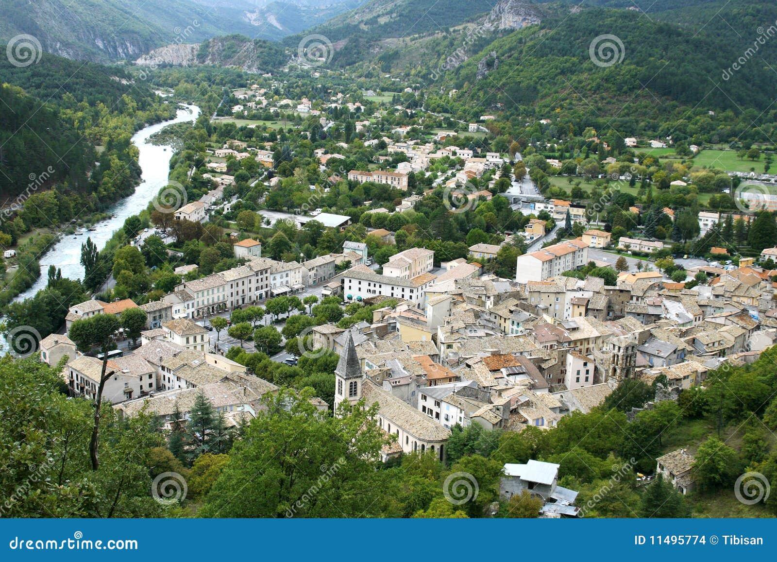 Opinião do panorama da vila Castellane (Provence)