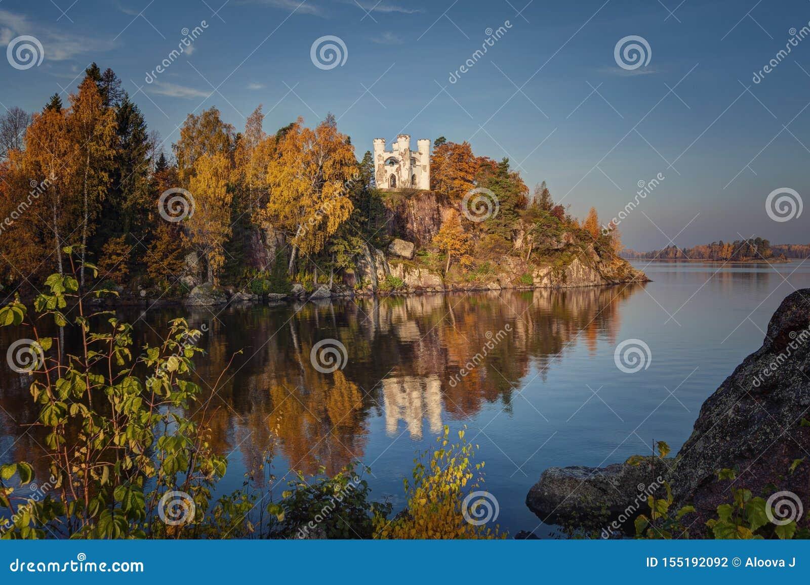 Opinião do parque de Monrepos, região do outono de Vyborg, Leninegrado Paisagem bonita do outono