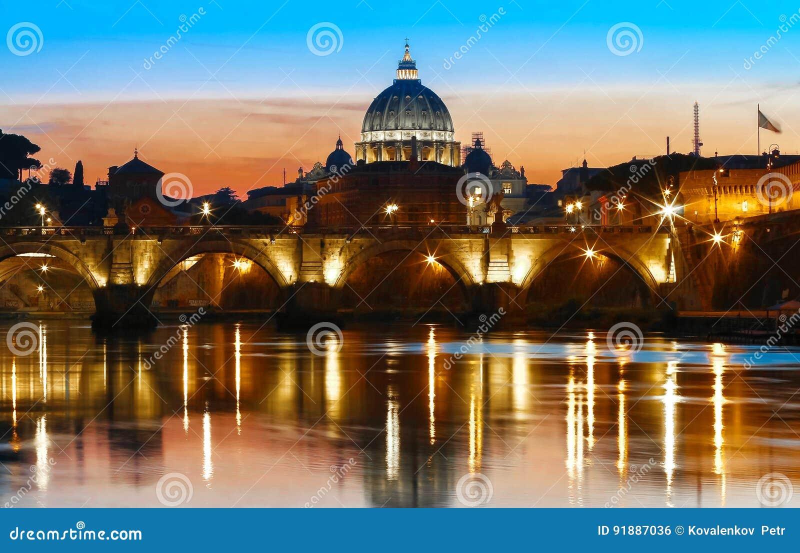Opinião do por do sol do Vaticano com a basílica do ` s de St Peter, Roma, Itália