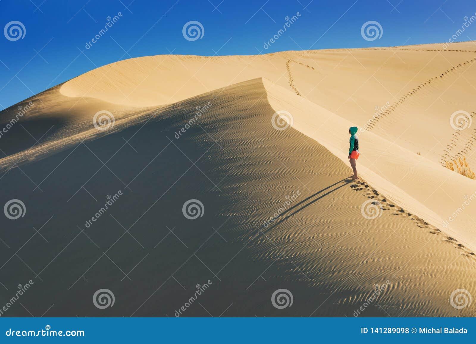 Opinião do por do sol das dunas de areia gigantes de TePaki no cabo Reinga Te Rerenga Wairua, a ponta northwesternmost da penínsu